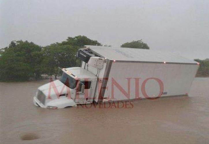 Río desbordado a la altura de Cosamaloapan, ocasionan que decenas de vehículos queden varados en espera de que la autopista sea reabierta. (Fotografías: Candelario Robles)