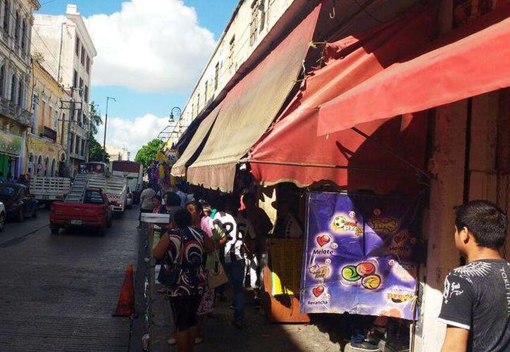 En la zona conocida como 'Las Piñatas', en la calle 65 entre 54 y 56 del Centro Histórico, se concentra el mayor número de negocios dedicados a la pirotecnia. (Candelario Robles/Milenio Novedades)