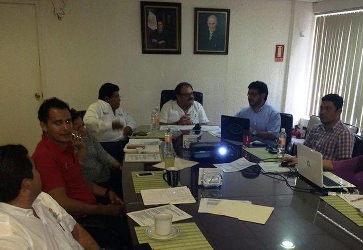 El presidente municipal de Chetumal, Eduardo Espinosa Abuxapqui, se reunió con personal de SINTRA. (Redacción/SIPSE)