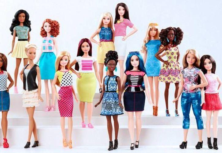 La empresa de juguetes cedió a la presión de sus clientes, por lo que ahora la Barbie tendrá distintos modelos: habrá altas y bajitas, se podrá elegir entre siete distintos tonos de piel, además de 24 peinados diferentes. (Imagen tomada de www.barbie.com)
