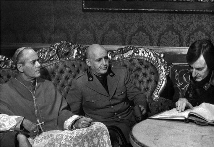 """El director Carlo Lizzani (d), da instrucciones a los actores Henry Fonda (i), y Rod Steiger (c), en el rodaje de la pelicula """"Mussolini: último acto"""". (EFE/Archivo)"""