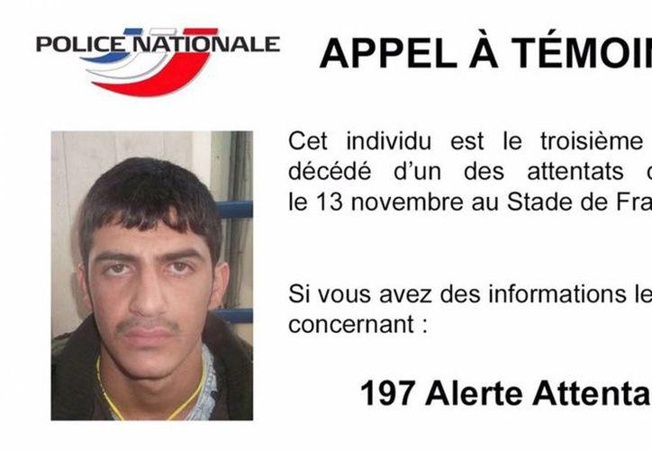 La policía nacional de Francia difundió la fotografía de uno de los terroristas que participó en los atentados de París y piden ayuda a la población para localizarlo. (EFE)