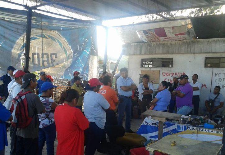 Gabriela López Brito, encargada de la administración de la empresa Invenciones Ambientales, dio a conocer los acuerdos a los pepenadores. (Harold Alcocer/SIPSE)