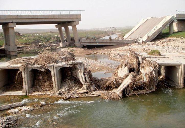 En un jueves violento, fallecieron en Irak 16 personas. La imagen es de contexto y corresponde  a un puente colapsado por un ataque del Estado Islámico. (Archivo/AP)