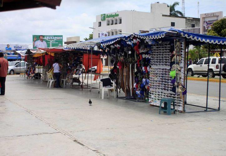 El día de ayer, alrededor de 15 comerciantes fueron desalojados de las inmediaciones del mercado Ignacio Manuel Altamirano. (Harold Alcocer/SIPSE)