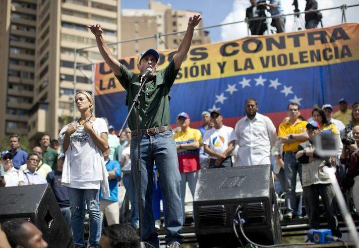 El movimiento de los universitarios de San Cristobal se volvió campaña nacional cuando líderes de la oposición, como Henrique Capriles (c) se involucraron; el intento de violación que dio origen a la protesta apenas se ha mencionado. (Agencias)
