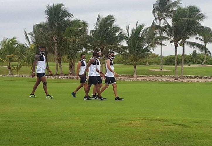 Los jugadores usan la 'training mask' durante sus trabajos de pretemporada en Cancún (@Club_Queretaro/Twitter)