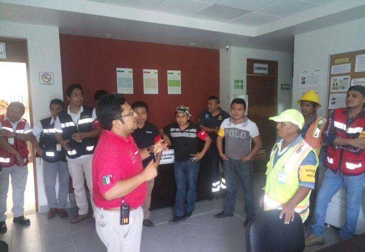 Al término de los simulacros, Protección Civil realiza observaciones y corrige problemas técnicos de edificios. (Jesús Caamal/SIPSE)