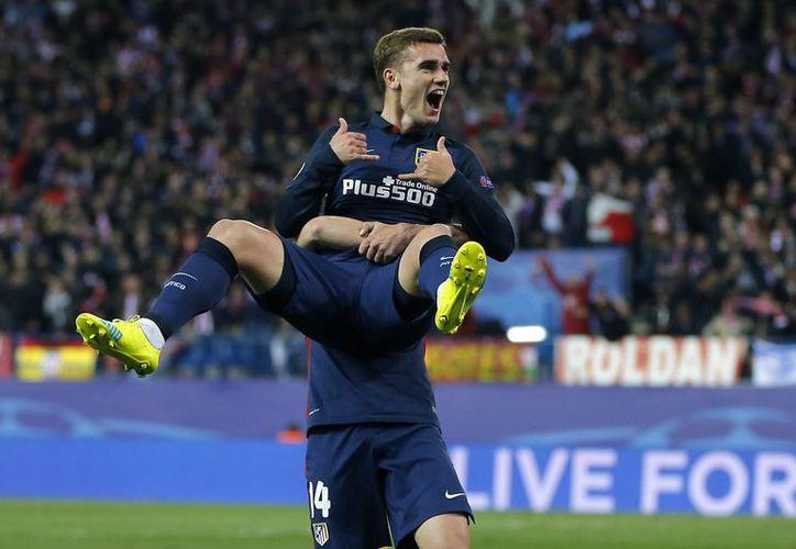 Antoine Griezmann fue el héroe del Atlético de Madrid al anotar los dos goles con el que los colchoneros se colocan entre los mejores cuatro de la UEFA Champions League. (AP)