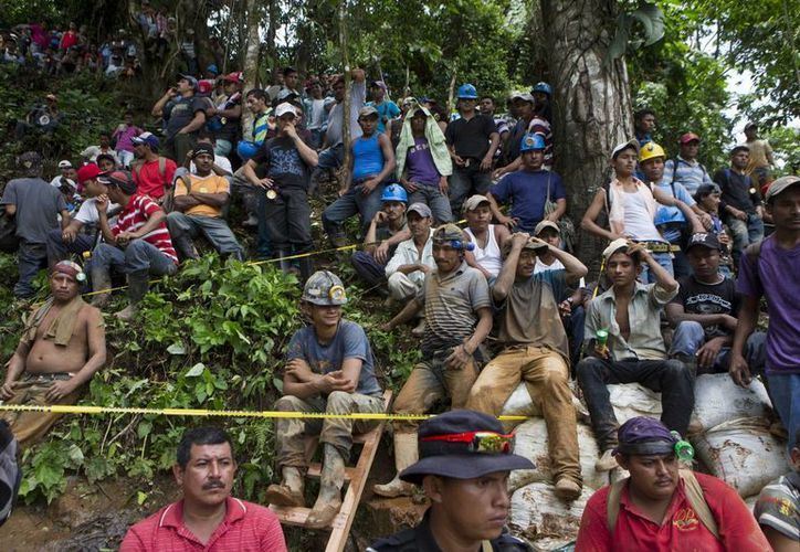 Mineros esperan su turno para ayudar en las operaciones de rescate en El Comal, una mina de oro y plata, después de un deslizamiento de tierra que atrapó al menos 24 mineros en el interior, en Nicaragua. (Agencias)