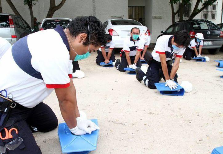 El curso para los voluntarios se imparte desde el sábado pasado en las instalaciones de la Cruz Roja. (Milenio Novedades)