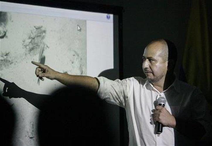 Ernesto Montenegro, Director del Instituto Colombiano de Antropología e Historia habla con los medios de comunicación mientras se muestra una imagen de los restos del galeón San José, hundido por un ataque de los ingleses en 1708, cerca de Cartagena. (AP)