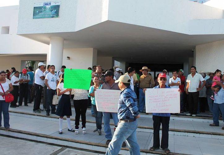 Alrededor de 200 ejidatarios de Juan Sarabia bloquear el acceso a las instalaciones de la SCT. (Edgardo Rodríguez/SIPSE)