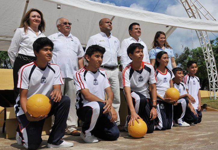 Donan 146 balones de fútbol a comunidades desfavorecidas. (Redacción/SIPSE)