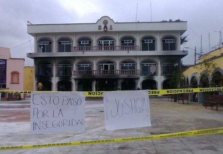 El incendio del Palacio fue a consecuencia de un tiroteo afuera de un bar en Huehuetoca. Estado de México. (Foto: Twitter)