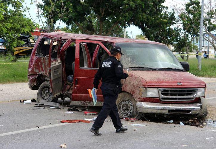 La camioneta en la que viajaban los albañiles quedó prácticamente destrozada. (Milenio Novedades)