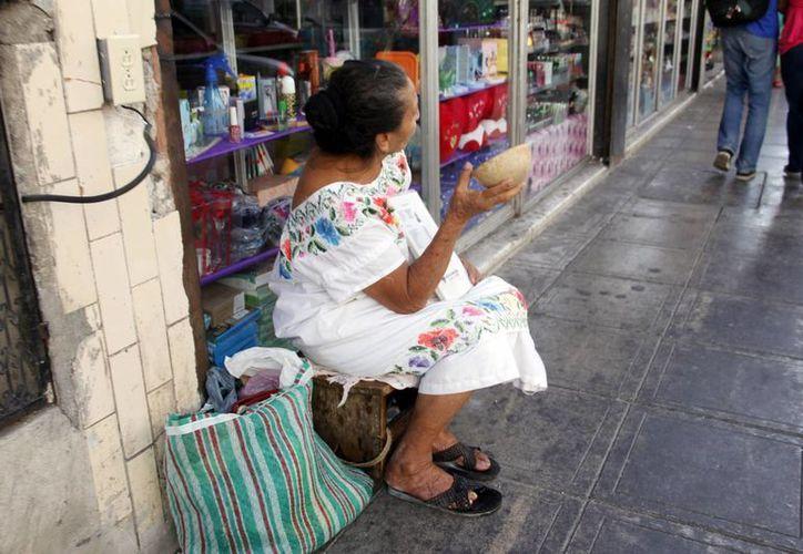 Muchas de las personas que piden limosna en el centro de la ciudad cuentan con familiares. (Christian Ayala/SIPSE)