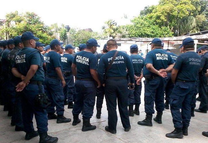 Los policías pararan sus patrullas y desatendieron la indicación de incorporarse a los servicios de seguridad. (Manuel Salazar/SIPSE)