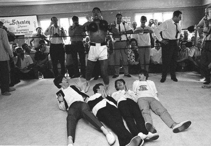 Foto del 18 de febrero de 1964 cuando Muhammad Alí y Los Beatles convivieron antes de una pelea de la leyenda del boxeo.  (AP)