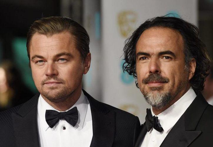 El cineasta mexicano Alejandro González Iñárritu (d) al lado del actor Leonardo DiCaprio. Ambos ganaron premios Bafta en la entrega en Inglaterra por su trabajo en The Revenant, nominada tambié al Oscar. (EFE)