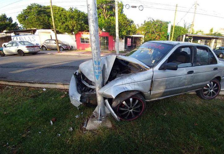 El conductor de un Tsuru dormitó y chocó contra un semáforo, en la colonia Xoclán Rejas. (SIPSE)