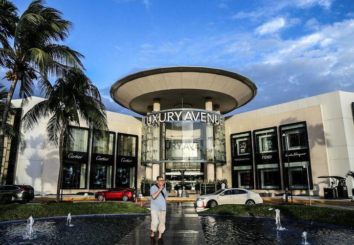 En Luxury Avenue hay cerca de 12 marcas de lujo entre las que destaca Mont Blanc, Cartier, Chanel o Fendi. (Redacción/SIPSE)