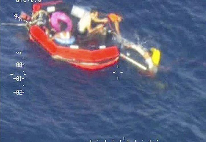 Foto de oficiales de Malta durante el rescate de sobrevivientes este viernes. En el naufragio de hace ocho días fallecieron más de 300 inmigrantes africanos. (EFE)