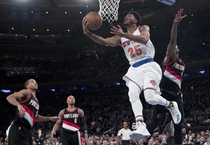 Derrick Rose (25), de Knicks, deja atrás al guardia C.J. McCollum (3), de Portland Trail Blazers. (AP)