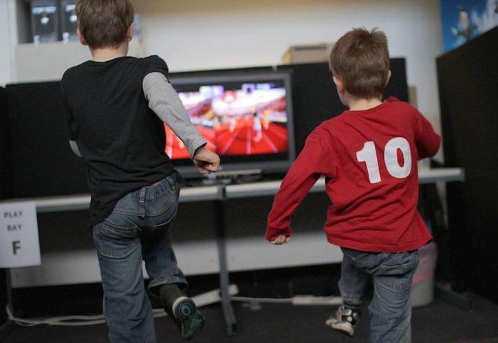 El sistema, lanzado por Microsoft en 2010, permite jugar sin mandos, utilizando el propio cuerpo gracias a un detector de movimientos. (Internet)