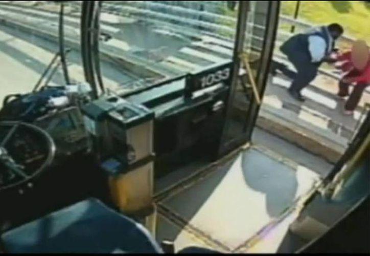El millonario Donald Trump quedó impactado con la acción del chofer del autobús y decidió regalarle 10 mil dólares. (Captura de pantalla)