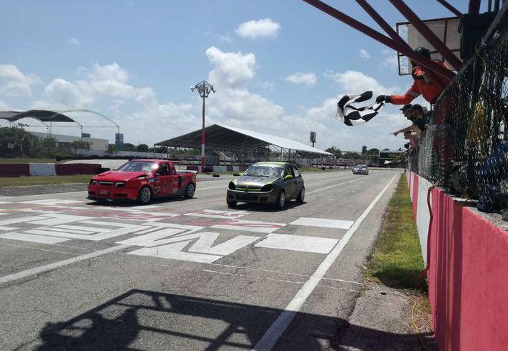Se vivieron momentos de emoción en el Autódromo Internacional de Cancún. (Raúl Caballero/SIPSE)