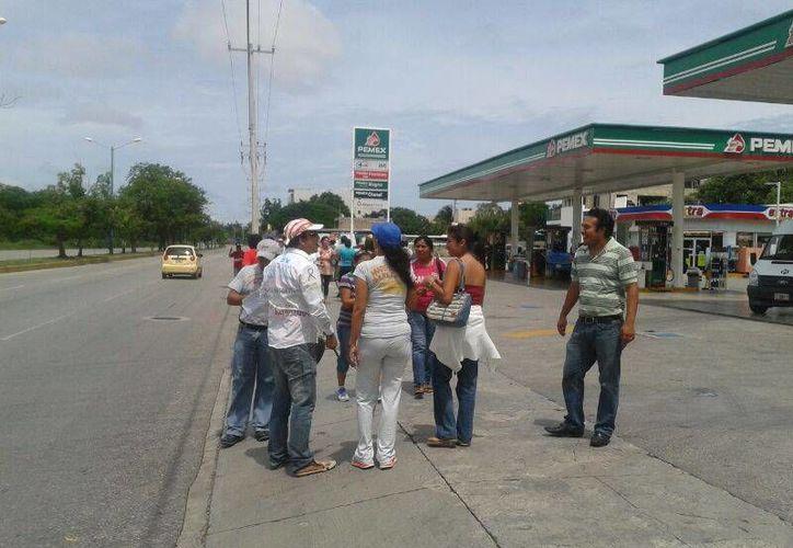 Los docentes no llevaban pancartas y no se veían muy organizados, reportaron en las redes sociales. (Teresa Pérez/SIPSE)