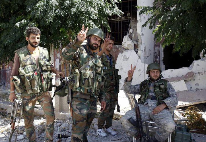 Miembros del ejército sirio recuperan la ciudad de Adra, al norte de Damasco, el pasado mes de septiembre. (Archivo/EFE)