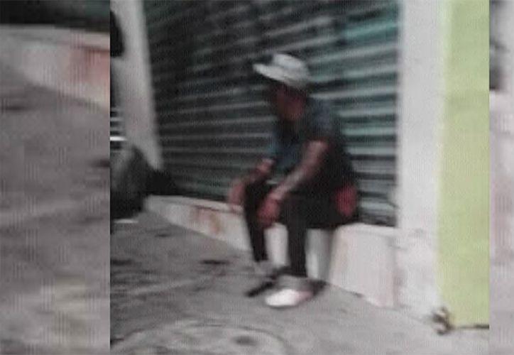 Con la mandíbula fracturada y la cara llena de sangre, Héctor estuvo sentado afuera de un local y sólo una persona lo ayudó. (Uno TV)