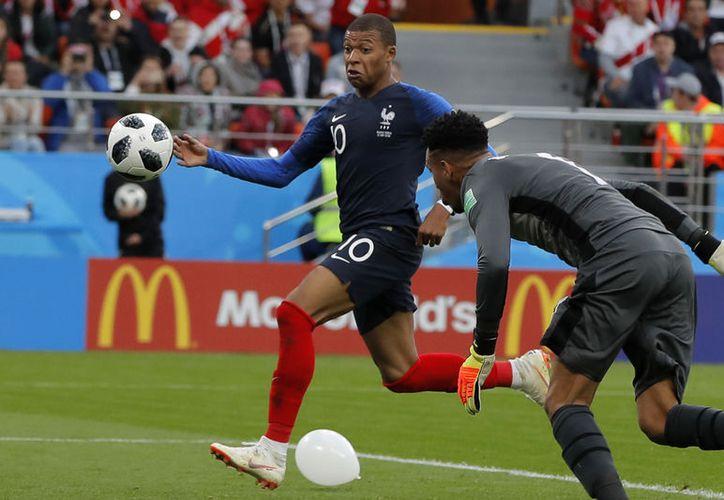 Mbappé podría hacer la diferencia con Francia a costa de eliminar a uno de los mejores jugadores del mundo, Messi, y a Argentina (Foto AP)