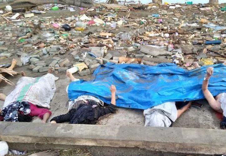 Cuatro de las víctimas que han muerto en el terremoto de Indonesia. (AFP)