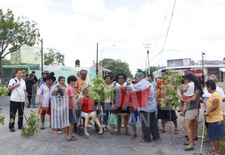 La calle 19 por Circuito Colonias fue cerrado al tránsito vehicular en protesta por apagones de luz en la colonia María Luisa. (José Acosta)