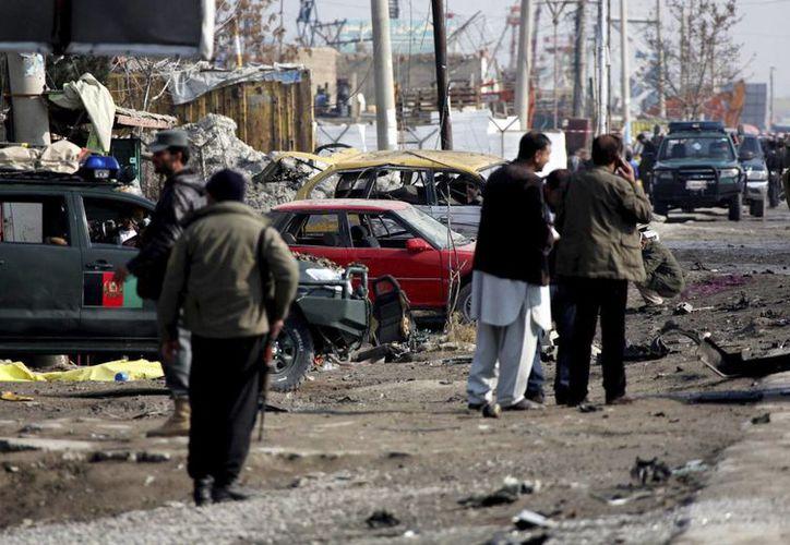 Agentes afganos inspeccionan el lugar donde se ha producido una explosión en Kabul, Afganistán. (EFE)