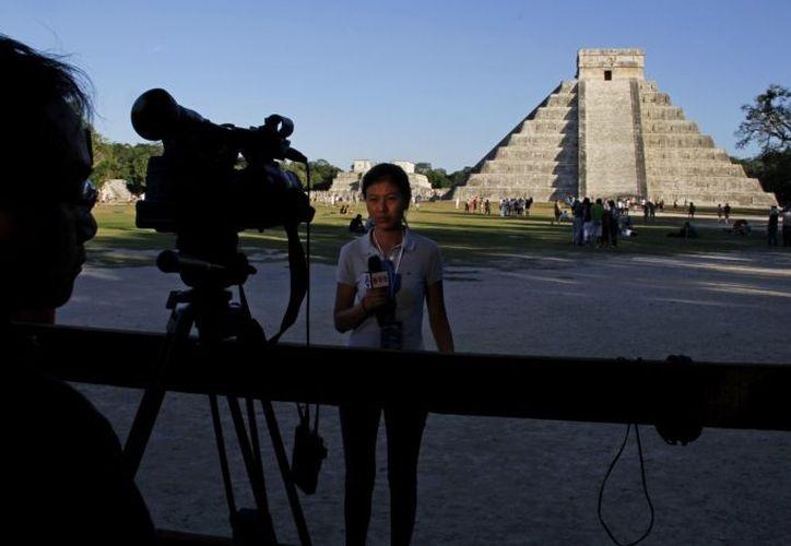 Una periodista francesa transmite desde Chichén Itza, en el marco del  fin del calendario maya. (SIPSE)