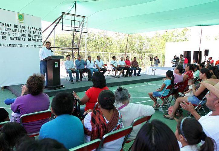 El gobernador Rolando Zapata durante uno de los actos que encabezó en Kantunil. (SIPSE)