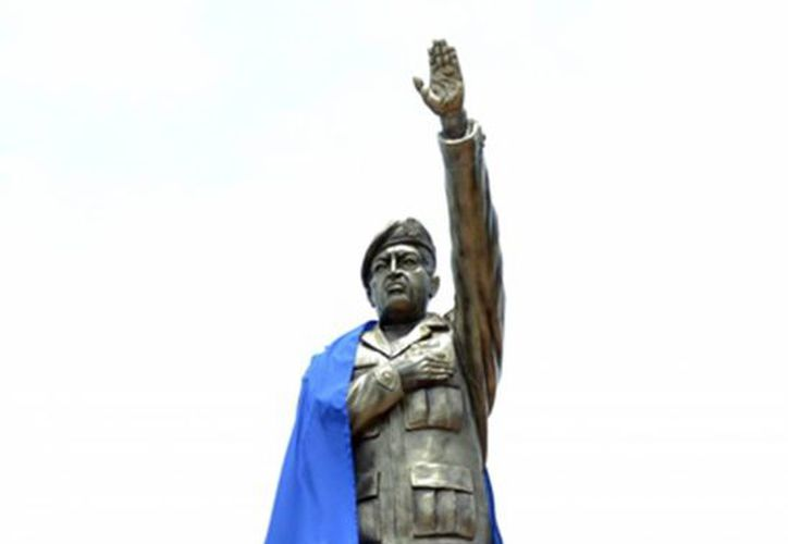 Foto cedida por ABI del monumento dedicado a Hugo Chávez, en en el pueblo amazónico de Riberalta. (EFE/Agencia Boliviana de Información)
