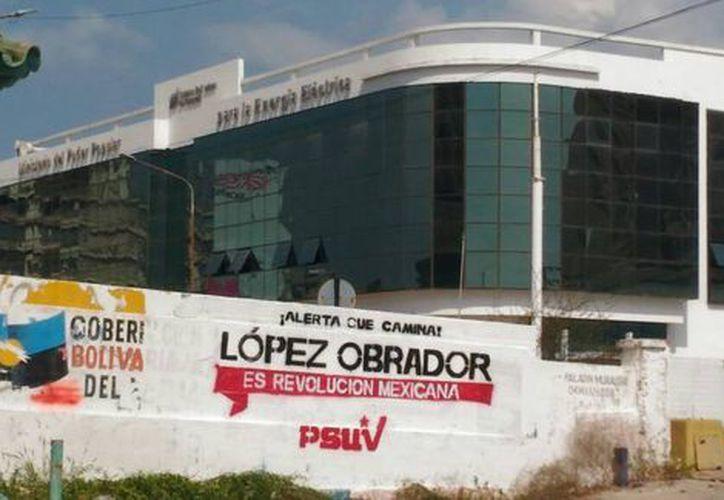 La mayoría de las fotos del diario muestra las pintas a un costado de las gasolineras administradas por Petróleos de Venezuela. (Foto: Milenio)