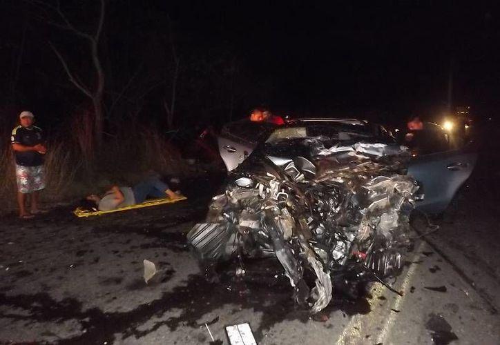 Un auto en el que viajaba un matrimonio con sus dos hijos, provenientes de Tulum, chocó de frente en el Periférico de Mérida contra una camioneta con placas de Quintana Roo, cuyo guiador invadió el carril contrario. (SIPSE)