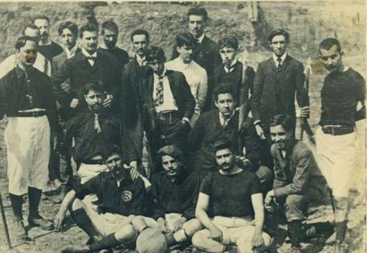 En esta imagen cedida por el Ayuntamiento de Belo Horizonte se ve al equipo de futbol Sport Club, el primero de la ciudad. (EFE)