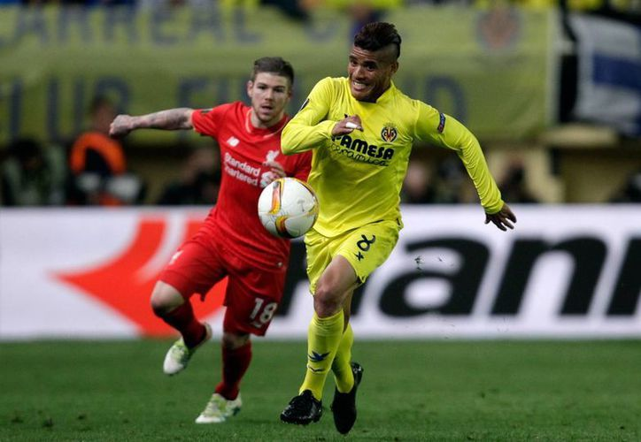 El centrocampista mexicano Jonathan dos Santos fue titular en el triunfo 1-0 del Villareal que de último minuto consiguió en El Madrigal ante Liverpool. (AP)