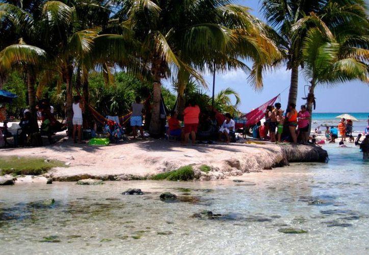 Los playenses aprovechan las vacaciones para pasar el día en Punta Esmeralda.  (Octavio Martínez/SIPSE)