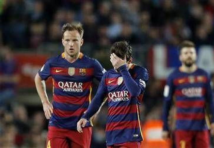 Lionel Messi reacciona tras un gol del Valencia que derrotó 2-1 al Barcelona, en la jornada 33 de la Liga de España. (AP)
