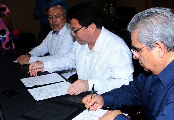 Autoridades de Salud de Yucatán y de la firma Sanofi-Pasteur firmaron un convenio para continuar la investigación sobre la vacuna contra el dengue cuya efectividad ya está probada. (Milenio Novedades)