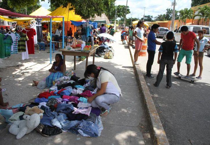 Los vendedores visten de colores la plaza central del poblado. (Sergio Orozco/SIPSE)