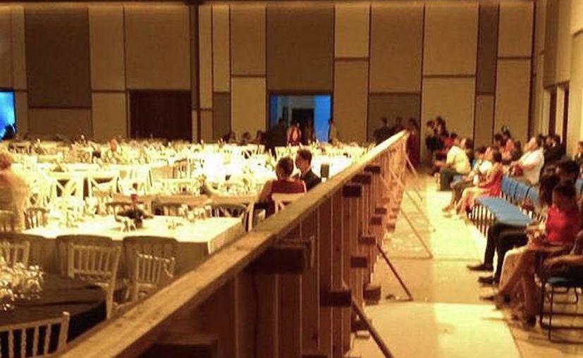 Los padres de familia que no pagaron la cuota se sentaron en un corredor dividido por un muro. (Foto: Redacción)